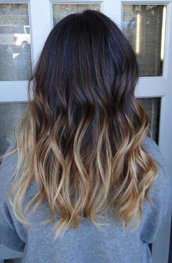 haarfarben ausprobieren und stylen, ombre blond bei dunkelbraunen haaren, lockige frisur idee