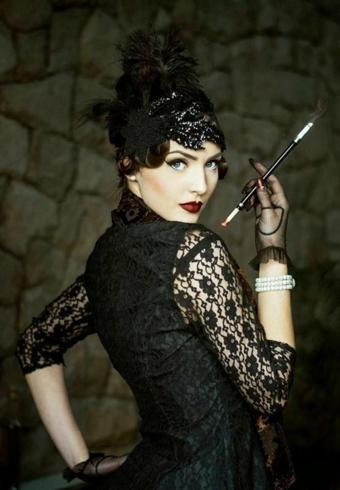 halloween ideen, inspiration von den zwanzigern jahren, schwarze kleidung spitze, zigarette, rote lippen