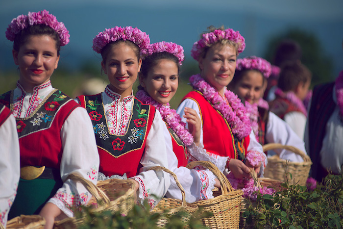 im tal der rosen, festival der bulgarischen rosen, frauen mit traditionellen bulgarischen trachten
