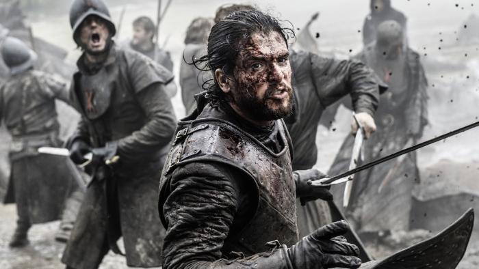 eine game of thrones szene, battle of the bastards, jon snow mit einem schwarzen bart und einem langen schwart und seine armee