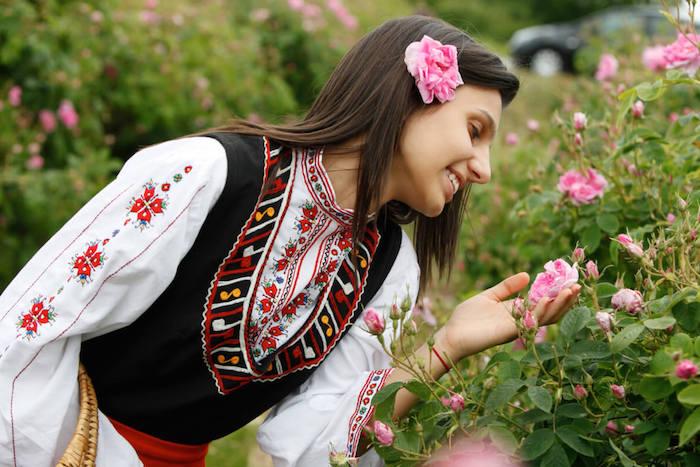 frau mit einer traditionellen bulgarischen tracht, im tal der rosen in bulgarien, festival der rosen