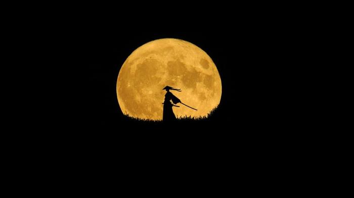 ein Bild am schwarzen Hintergrund, Ein Samurai mit Katana Schwert, der Mond im Hintergrund