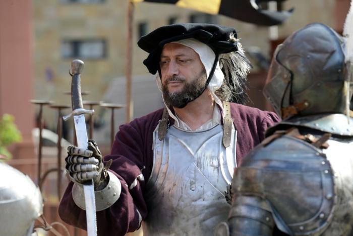 eine historische Wiederaufführung mit einem Schmied und ein Dolch, ein Ritter