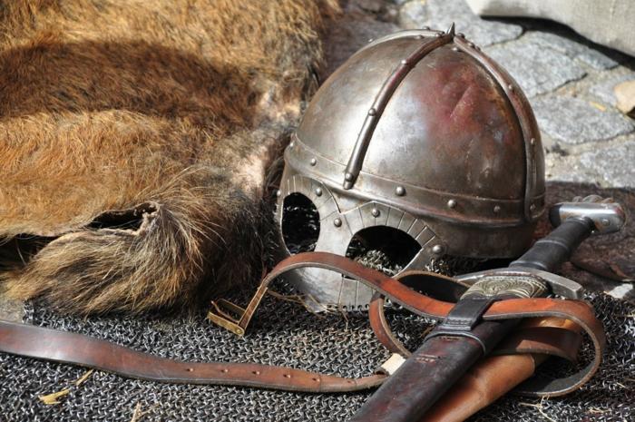 eine Kollektion aus Schwerten, Helm und Rüstung, Katana Schwert aus Lieblingsserie von Ritter