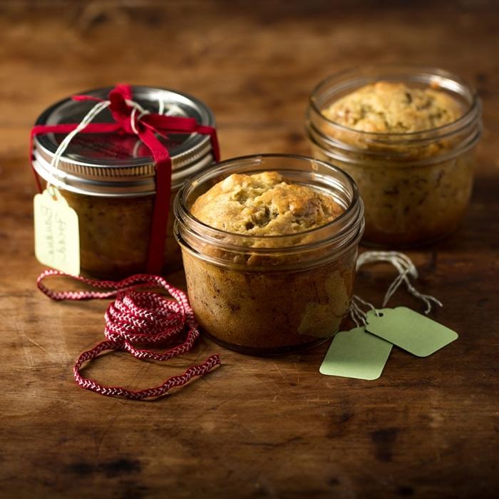 kleine kuchen backen, rote schleife, schnelle rezepte, dessert ideen, metallenes verschlussdeckel