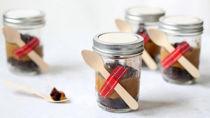 kleine kuchen backen im einmachglas, mini schokokuchen, hölzerne löffel, dessert ideen