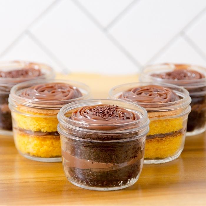 kleine kuchen backen, schokokuchen garniert mit schokocreme, vanillekuchen mit schokolade