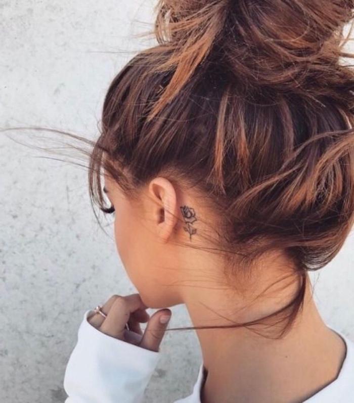 mini tattoos zum inspirieren, kleines design, rose hinter dem ohr, tattoo hinterm ohr, gebundene haare