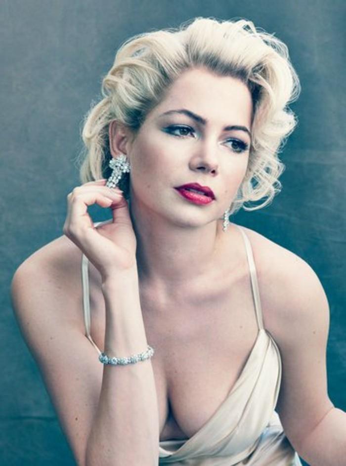 last minute kostüme, die faszinierende marilyn monroe wie wieder ans leben gekommen, einfach weißes kleid mit großem decollete, rote lippen, kurze wellenartige blonde haare