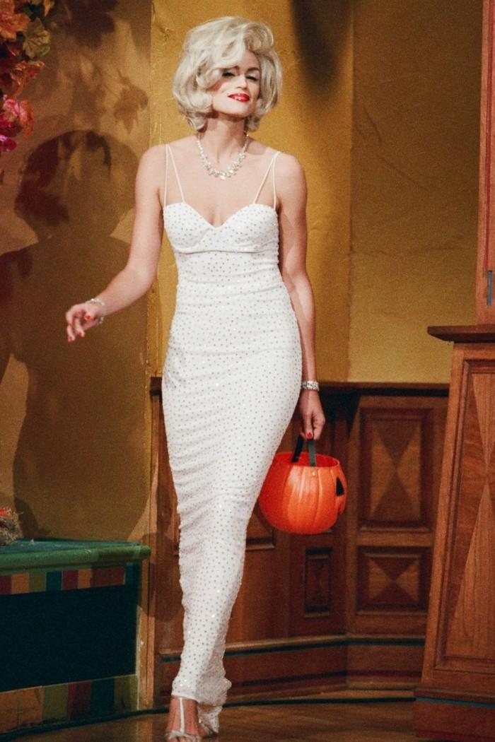 last minute kostüme, diese idee ist aber präzis ausgedacht, marilyn monroe, langes glänzendes weißes kleid mit voluminöse blonde frisur, kürbiskorb, rote lippen