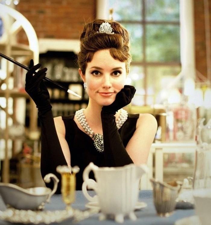 halloween kostüme frauen, audrey hepburn look mit elegantem schwarzen kleid und weißer schmuck