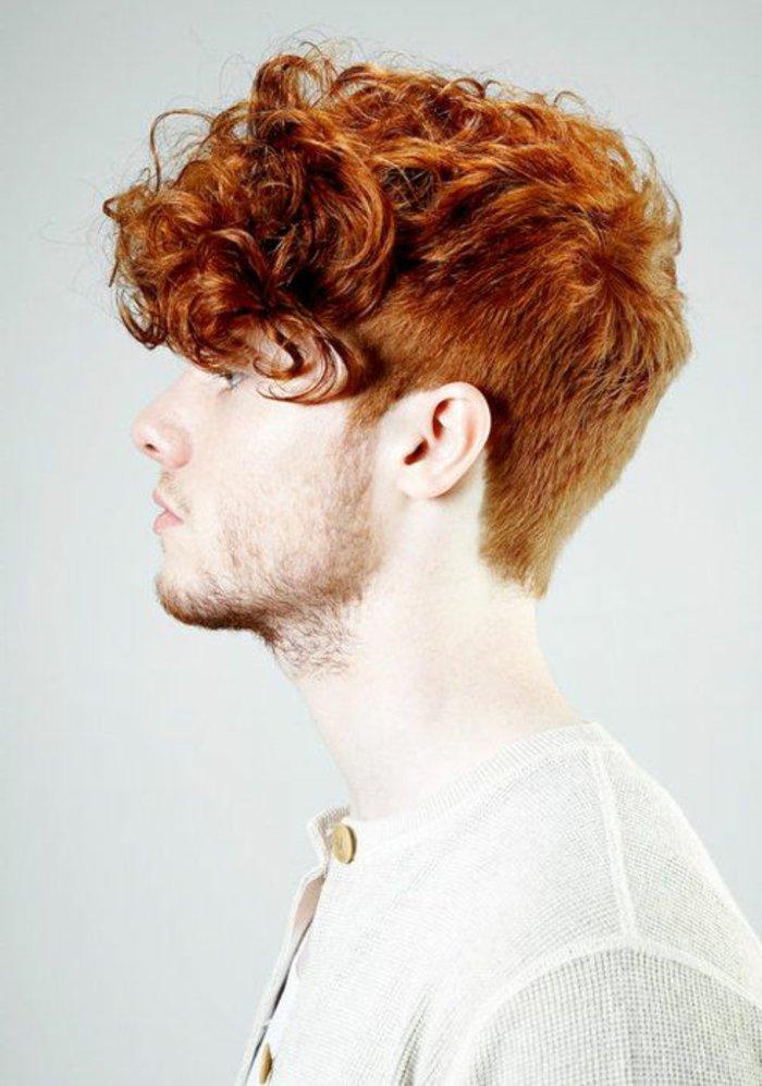lockige haare, rothaariger mann, frisur ideen, lange locken, hinten kurzes haar, dünnes und helles bart