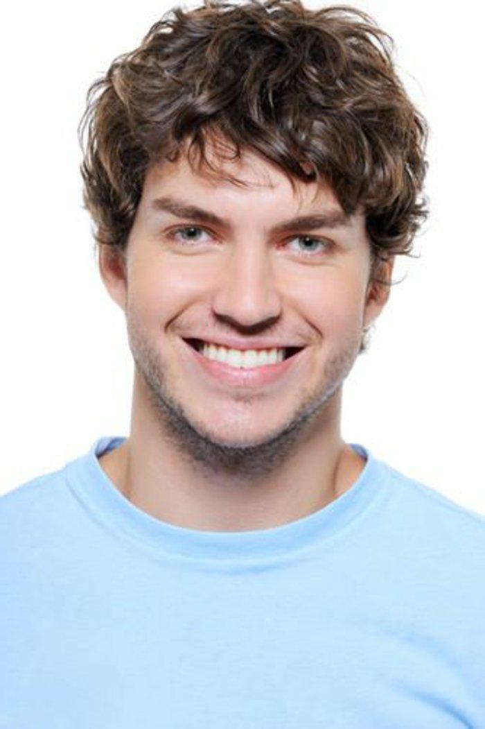 von natur locken männer ideen, mann mit ultraweißen zähnen, weiße zähne lächeln, dunkle haare