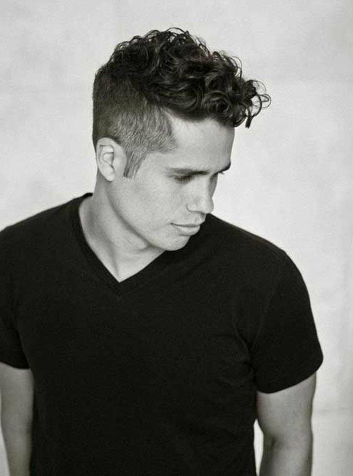 lockige haare, locken mit sidecut, haarideen, frisur für mann, schwarzes shirt, schwarz weißes foto