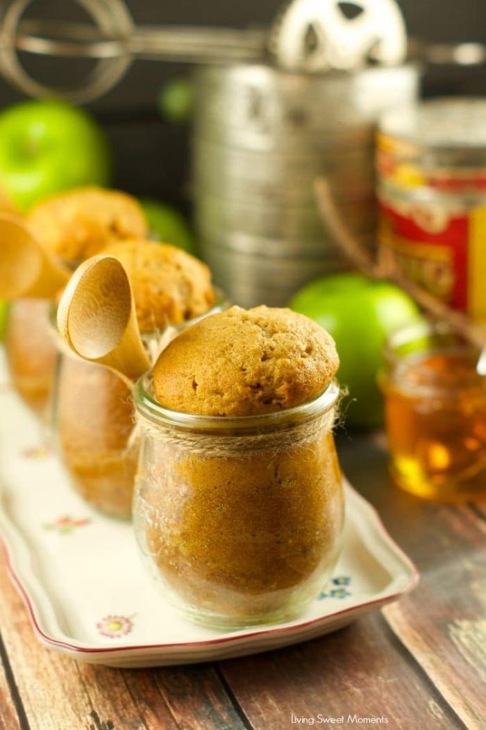 schneller glaskuchen, kuchen rezepte, nachtisch mit honig und äpfeln, hölzerner löffel