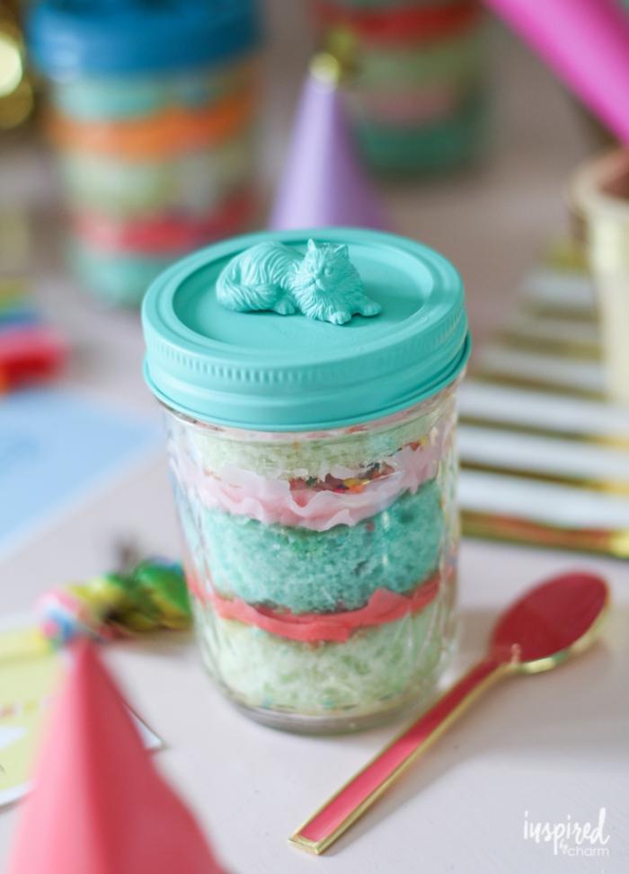 kuchen verschicken, dessert in einmachglas, blauer verschlussdeckel, goldener löffel