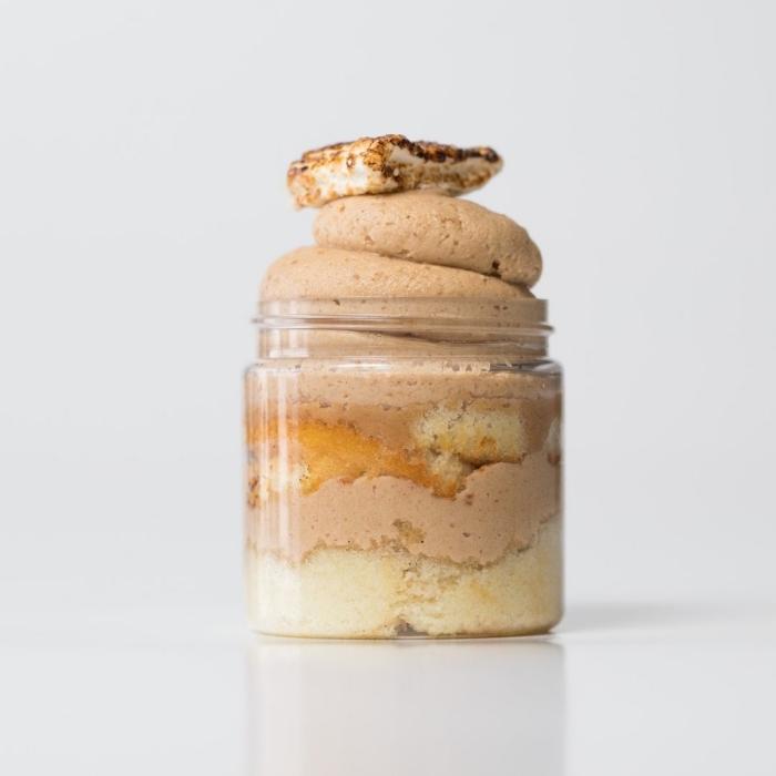 glaskuchen mit schokoladensahne und marshmallows, kuchen zutaten im glas