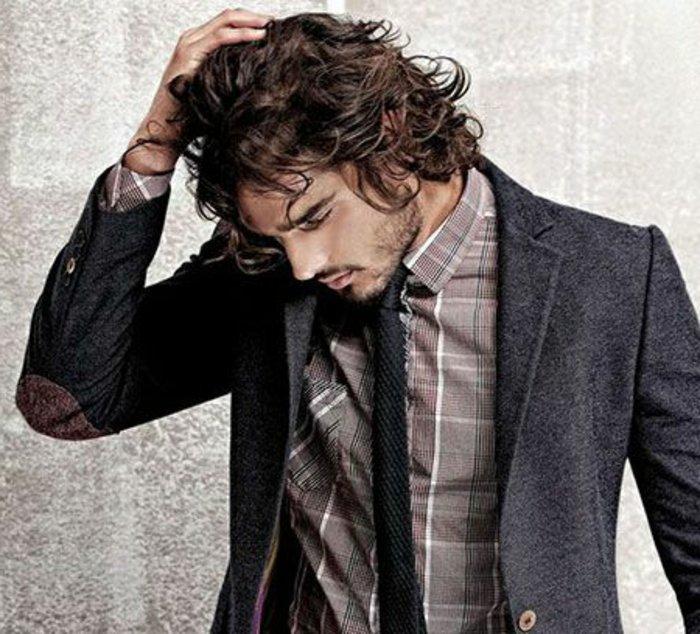 krauses haar stil ideen, hemd, sakko, dünne krawatte, mann berührt und stilt seine haare selber