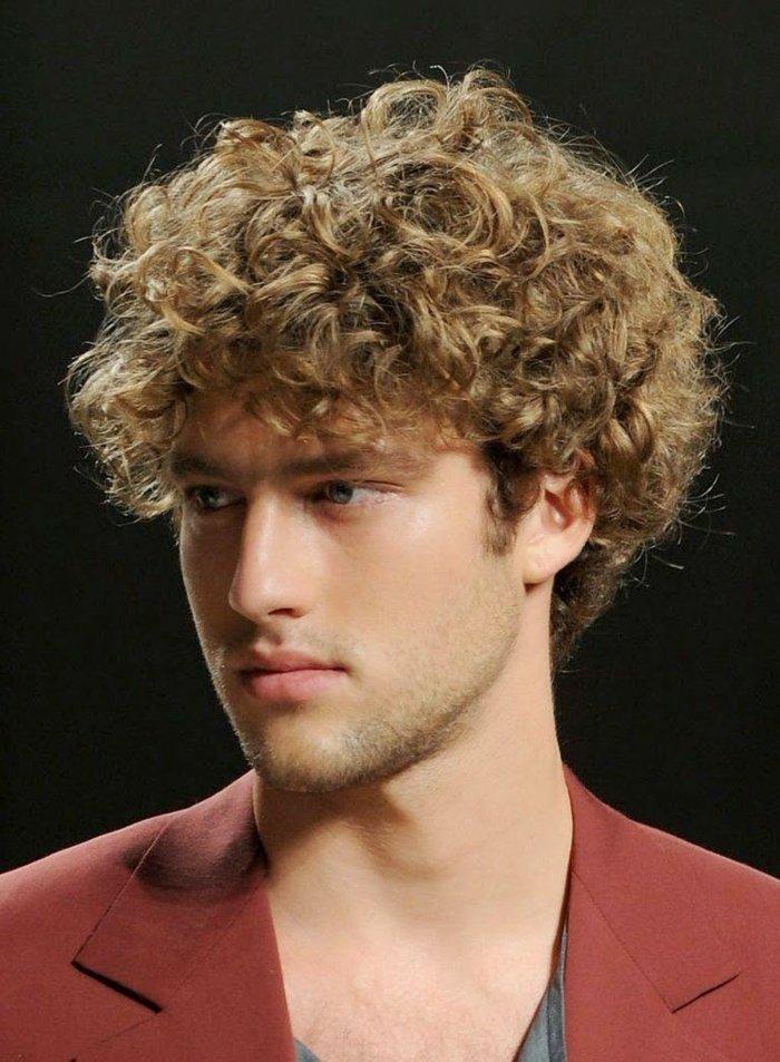 krauses haar, locken blond, natürliche haare, rotes hemd, volle lippen, ideen zum stylen