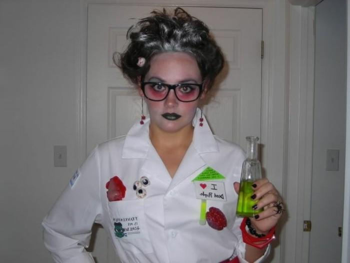 last minute halloween kostüme, frau im labor, flüssigkeit in einer flasche aus glas, brille