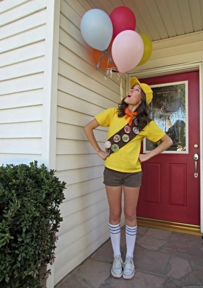 halloween kostüm ideen für frauen, scout kostüme zum nachmachen, gelbes shirt, kurze hose, lange socken, gelber hut, viele balloons