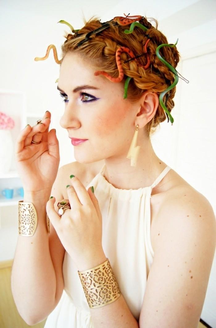halloween kostüm ideen einfach zu schaffen, medusa frau kostümidee, griechisches kleid mit goldenen armbändern als schmuck und lustige kleine schlangen als schmuck für die haare