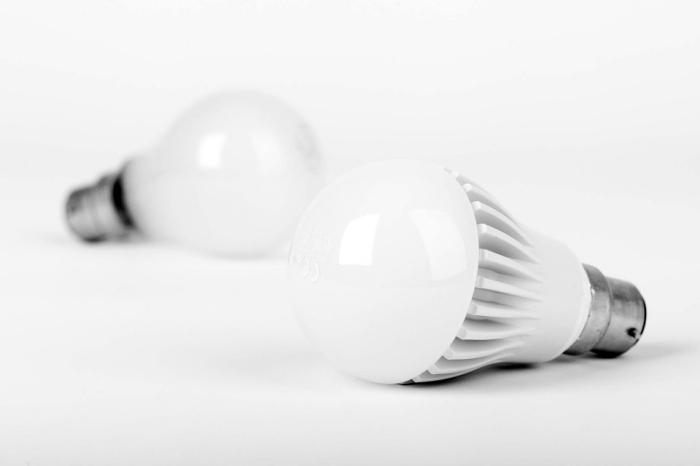zwei weiße led lampen, geld sparen beim strom, innovative leuchtmittel