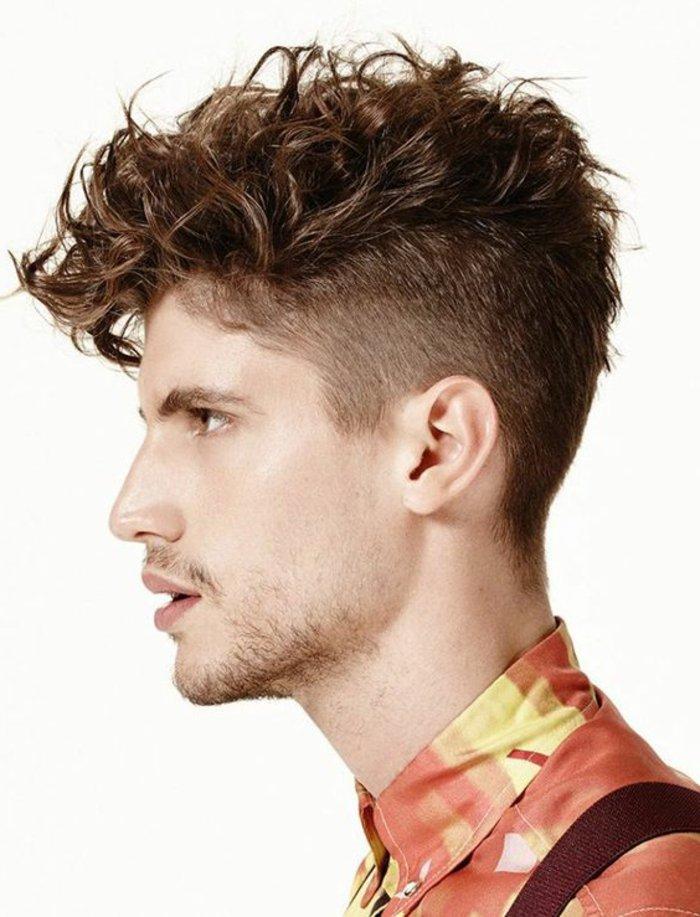 haare locken, seitlich die frisur anschauen, profilbild, oben lange haare, seitlich sidecut, rotbraune haare für männer, oranges hemd