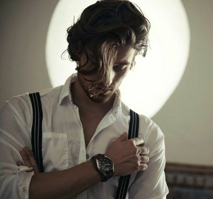 locken pflegen, damit sie immer gut aussehen, weißes hemd mit hosenträger, armbanduhr, haarstyle natürlich