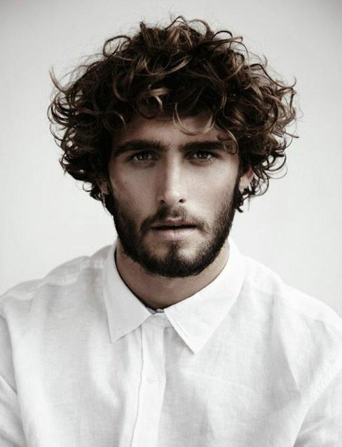 schöne locken pflegen mann ideen, natürlich locken stylen so dass sie zerzaust und wild aussehen kombi mit bart, weißes hemd