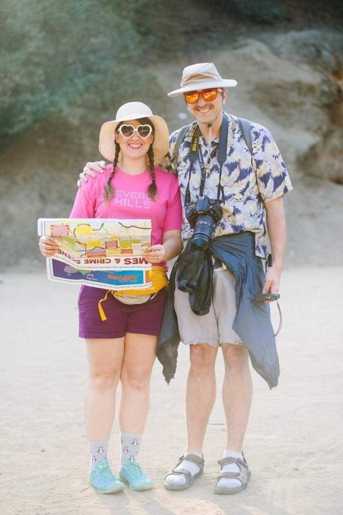 halloween ideen, zwei verwirrte touristen spielen, mann und frau mit kurzen hosen, hüter, sandalen mit socken tragen