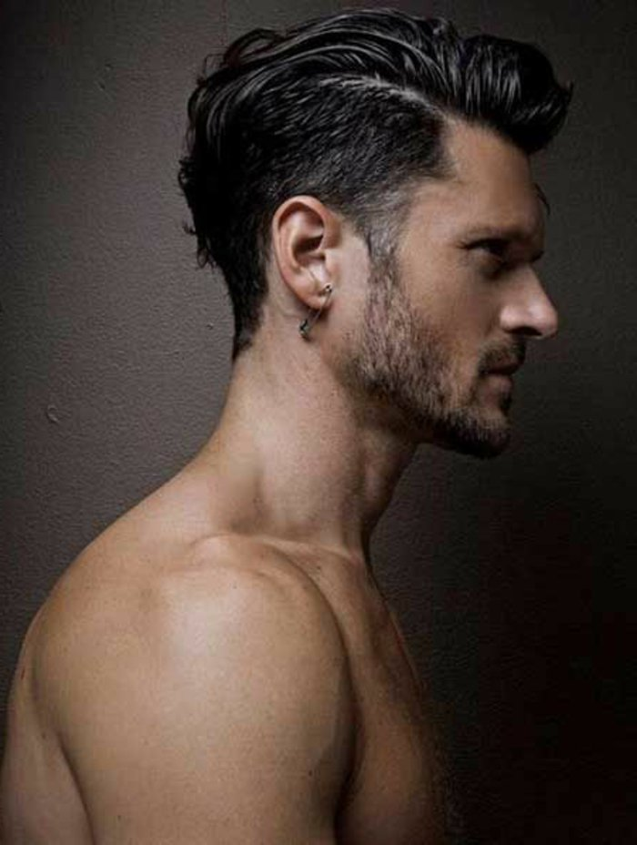 haare locken oben auf dem langen teil, seitlich cut und kurzer bart, sportler figur mann profilbild