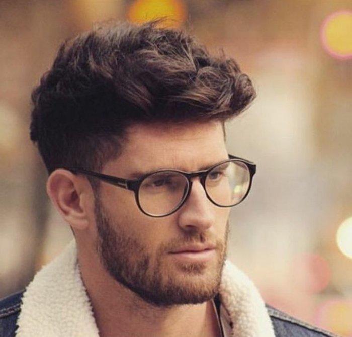 kurze haare locken,ein mann model von brille, hipster style, haare seitlich kürzer oben länger, jeansjacke