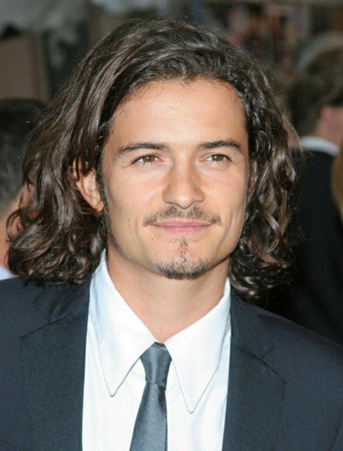 frisuren locken, eine nette idee von orlando blum, lächelnder mann mit anzug, weißes hemd, schwarzer anzug