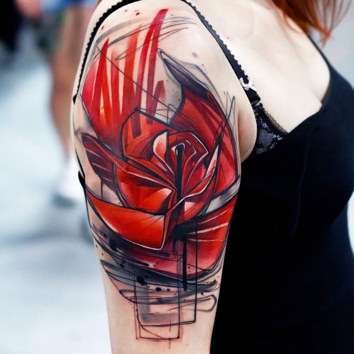 frau mit oberarm tattoo mit blumen motiv, große rote blüte, große tätowierung am arm