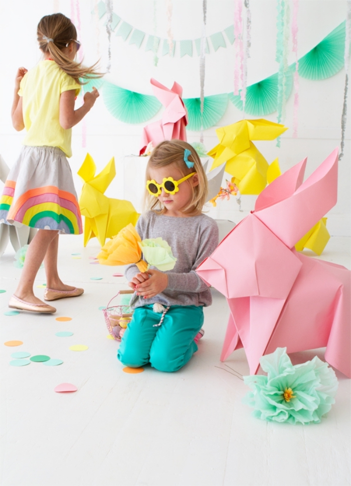 origami osterhase anleitung, große hase aus rosa papier, kleine mädchen, sonnenbrille blumen