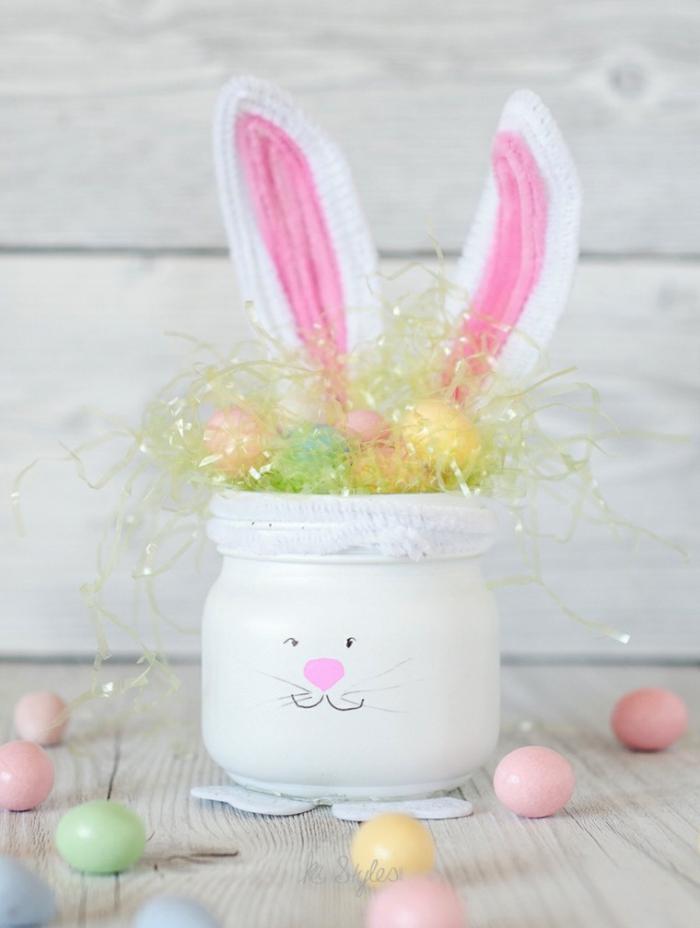 bunte eier, lange ohren aus stoff, osterdeko selber basteln, einmachglas weiß färben