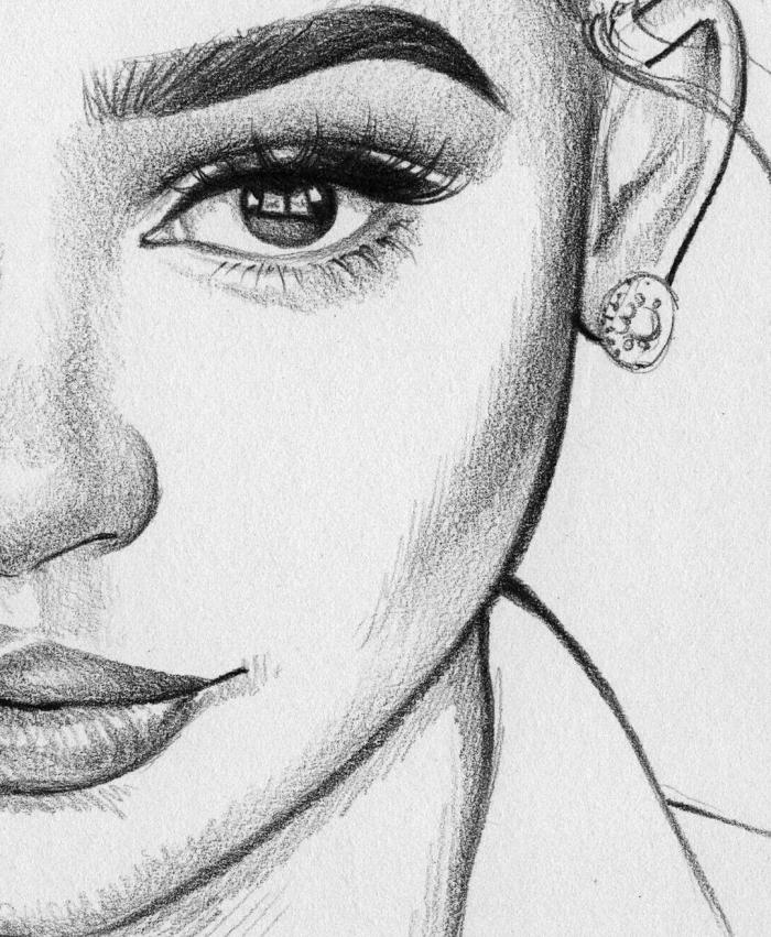 portrait zeichnen, halbes gesicht, große schwarze augen, runde ohrringe, frauengesicht