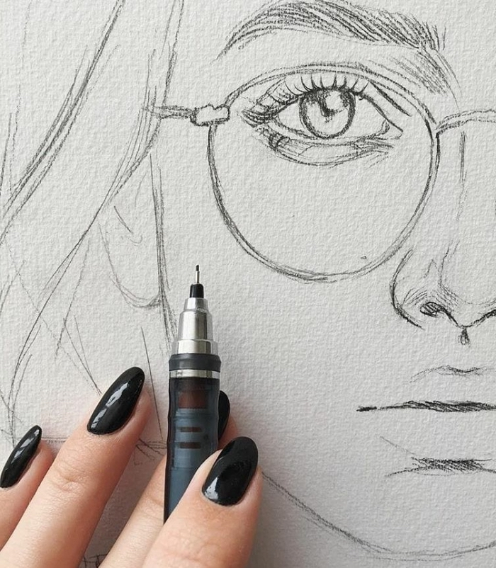 frau mit brille, gesicht kizzieren, portreit zeichnen mit bleistift, lange schwarze nägel