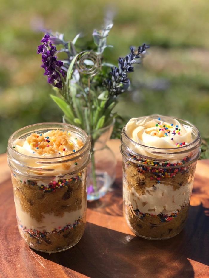 rezepte im glas, nachtisch selber machen, desserts in einmachgläser, lila blumen