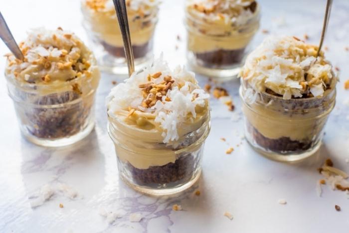 rezepte im glas, schokokuchen mit erdnussbutter und kokos, dessert ideen