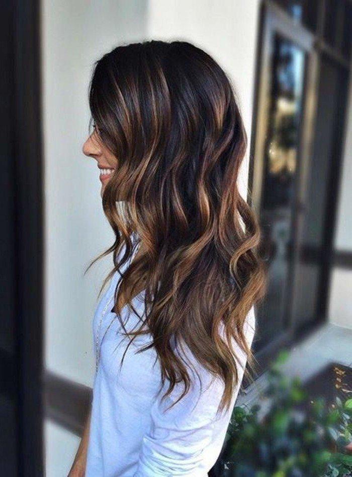 lange haarfarbe braun, sonnengeküsstes effekt an den spitzen, lockige haare