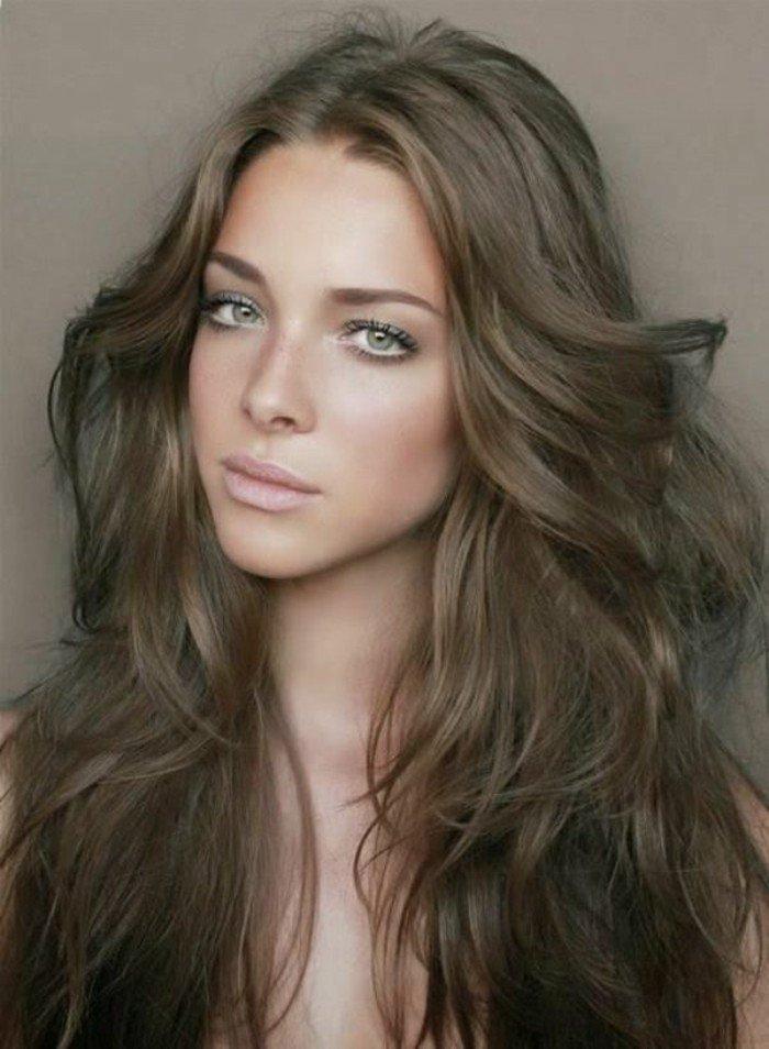 haarfarbe kupfer, braungrau, nuancierung ideen, neutraler look, helle hautfarbe, graugrüne augen, volle nude lippen