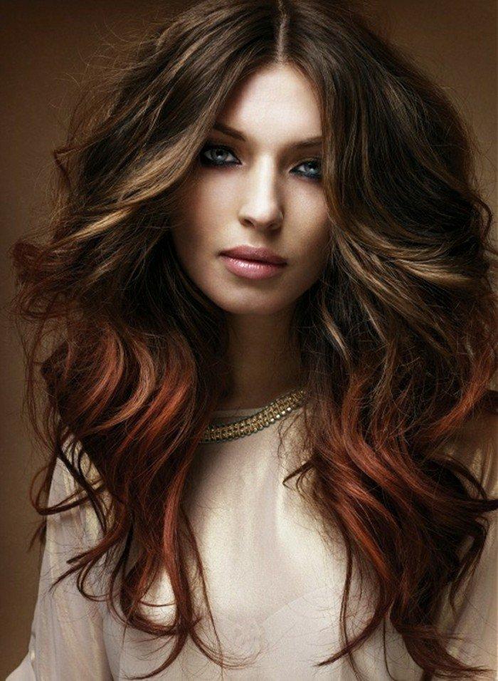 blonde frauen, coole haarstyleidee, natürlich braunes haar mit blonden strähnen und roten spitzen