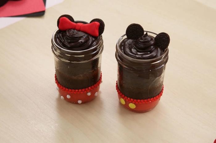 schokoladenkuchen im glas, micky mouse, rote schleife, kinderparty ideen, oreo kekse