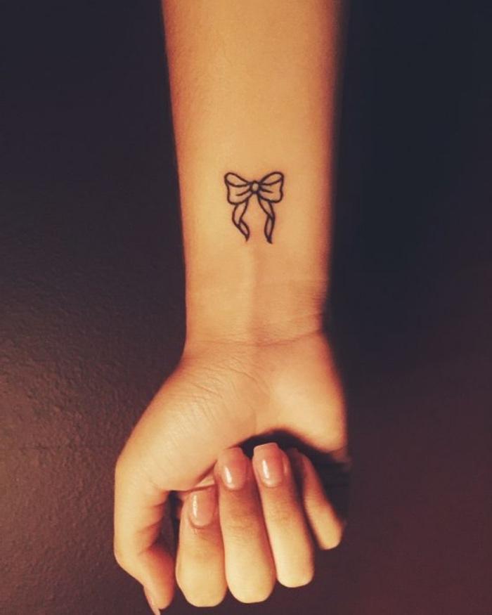 frauen tattoo feminin und fein, eine schleife mit symbolik weiblichkeit und feine mädchenhafte seele