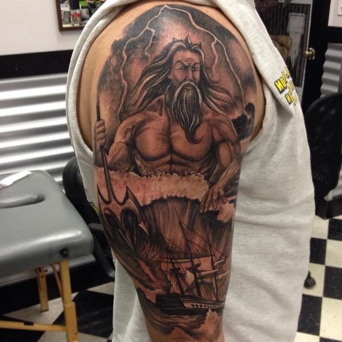 tattoo arm mann, der gott des meers, schiff und waserwellen, poseidon