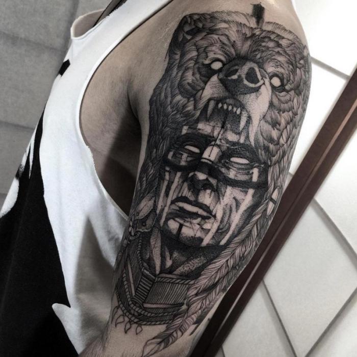 tattoo arm mann, indianer in kombination mit bär, tätowierung am oberarm