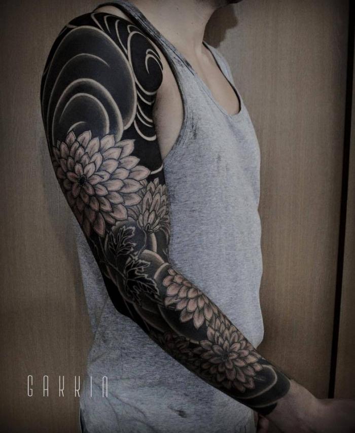 tattoo arm mann, sleeve mit japanischen motivenm wasserwellen und großen blumen