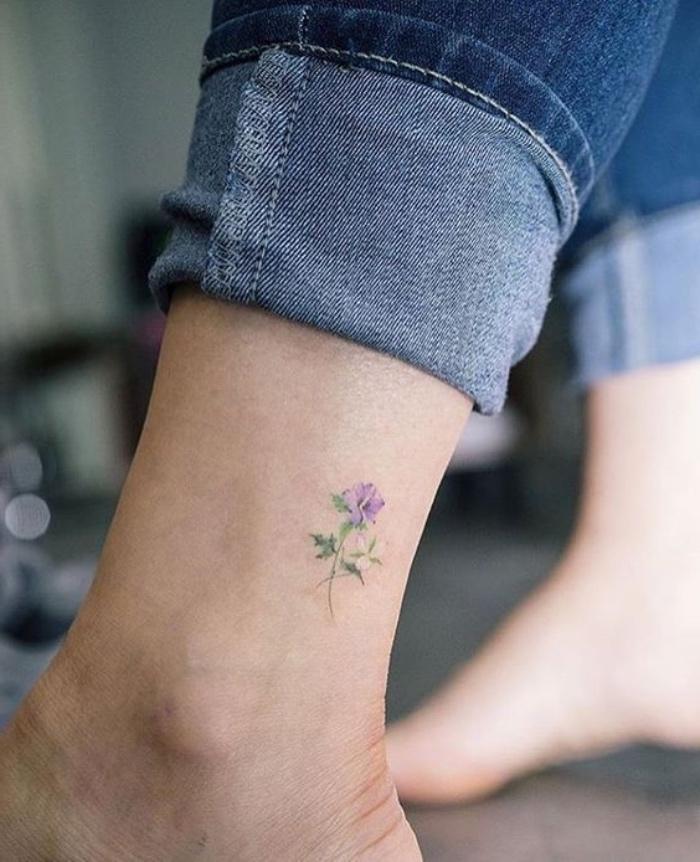 tattoo vorlagen, kleines beintattoo, blume lila, jeans, beintattoo idee für frauen